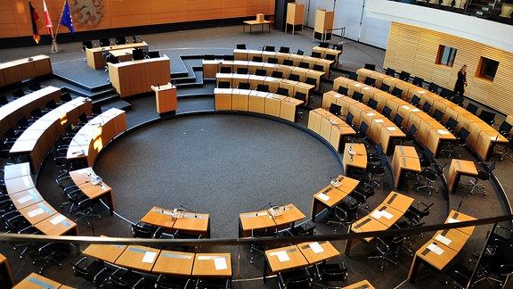Die leeren Stühle im Plenarsaal des Thüringer Landtags