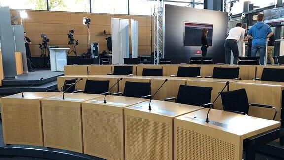 Im Plenarsaal des Thüringer Landtags bauen Fernsehteams ihre Studios auf.