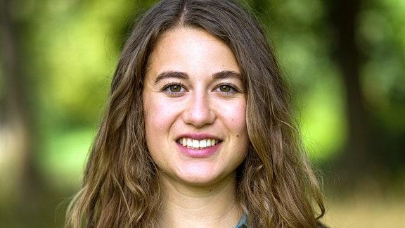 Porträt der Linken-Politikerin Lena Saniye Güngör