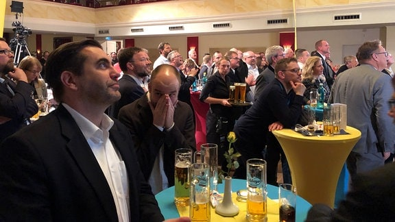 Menschen bei einer FDP-Wahlparty