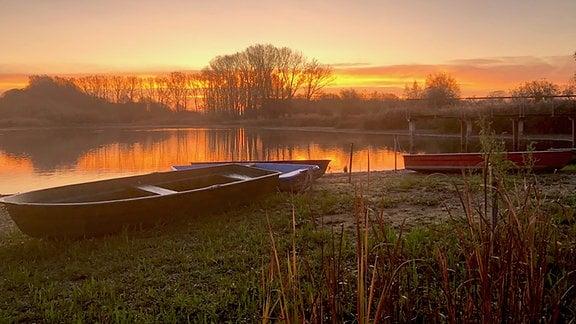 Sonnenaufgang am Stausee in Friemar.