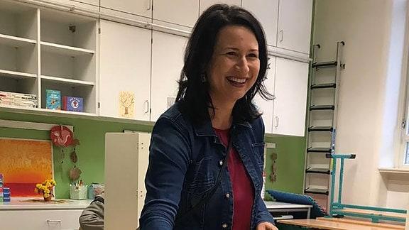Anja Siegesmund (Grüne) wirft ihren Wahlzettel in die Wahlurne.
