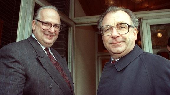 Der Geschäftsführer der Jenoptik Carl zeiss Jena GmbH, Dr. Klaus-Dieter Gattner (l) und der Zeiss-Berater des Thüringer Ministerpräsidenten, Lothar Späth, 1991