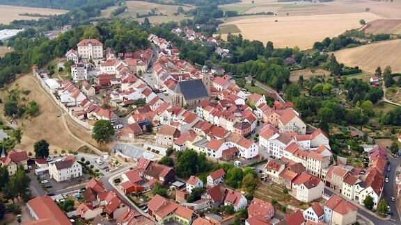 Luftaufnahme der Stadt Geisa im Süden des Wartburgkreises in der thüringischen Rhön im Ulstertal.
