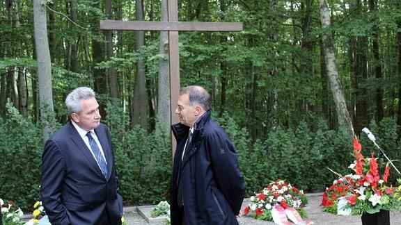 Gedenkfeier zum Jahrestag der Errichtung des Speziallagers Nr. 2 in Buchenwald. Der Trauerplatz mit einem großen Kreuz. Metallstelen im Wald markieren die Massengräber.
