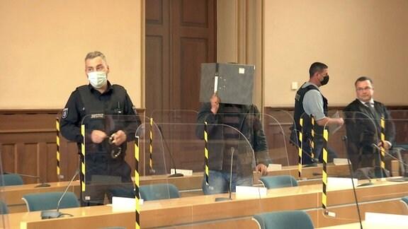 Angeklagter vor der Urteilsverkündung in einem Mordprozess vor dem Landgericht Erfurt.