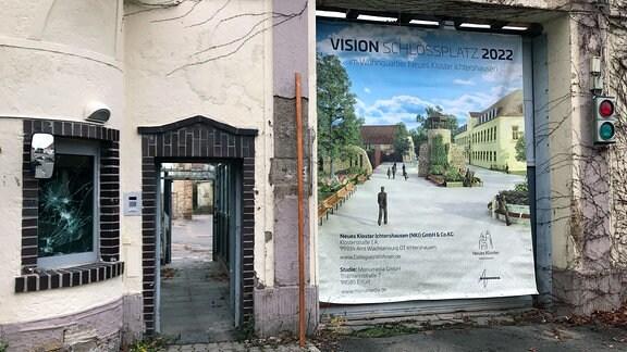 Eingang zur ehemaligen Jugendstrafanstalt Ichtershauen mit Plakat.