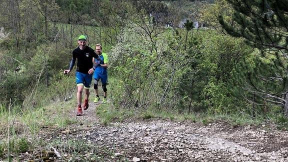 Läufer auf einem Waldweg.