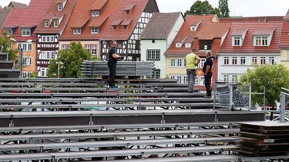 Aufbau von Kulisse und Technik für die Verdi-Oper Troubadour auf den Erfurter Domstufen