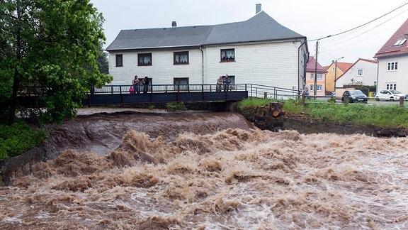 Ein Fluss führt Hochwasser