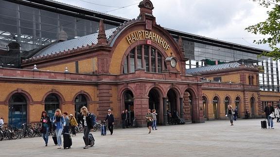 Der Erfurter Hauptbahnhof. Menschen mit Koffern laufen auf dem Willy-Brandt-Platz