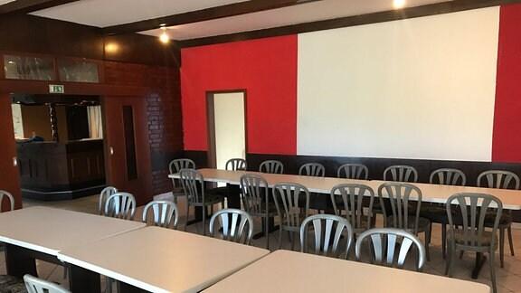Tische und Stühle in einem Raum