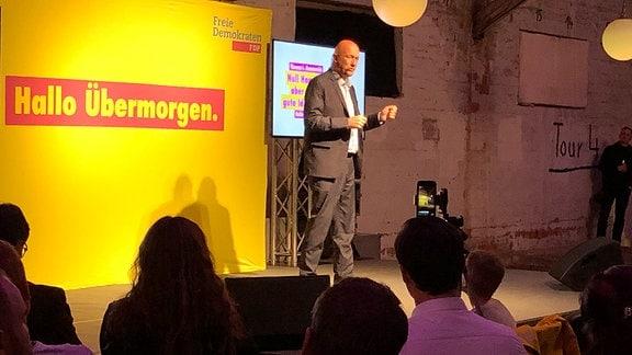 """FDP-Spitzenkandidat Thomas Kemmerich redet beim Wahlkampfabschluss seiner Partei im """"Zughafen"""" in Erfurt."""