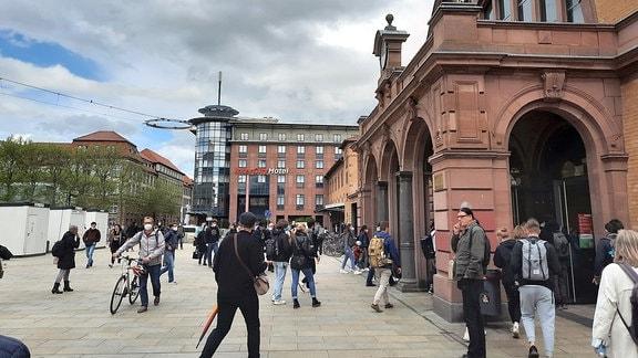 Menschen betreten den Erfurter Hauptbahnhof.