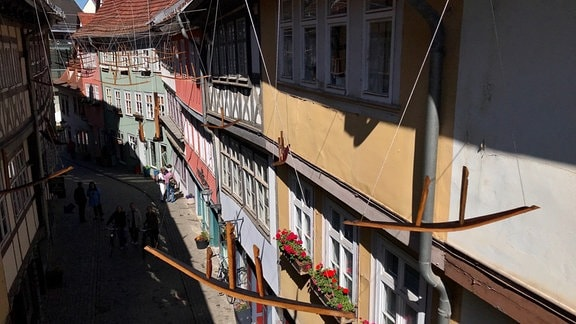 Kunstwerk mit Booten aus Holz auf Krämerbrücke in Erfurt
