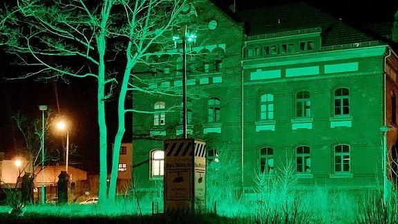 """Buga-Gelände """"Altes Garnissionslazarett"""" in der Nordhäuser-Straße Erfurt wird in der Nacht per Baustellen-Überwachung grün angestrahlt"""