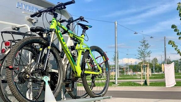 Fahrräder hängen an einem Wohnmobil.