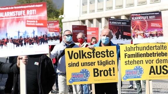 Vertreter der Thüringer Veranstaltungsbranche demonstrieren vor dem Landtag in Erfurt.