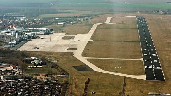 Luftaufnahme des Flughafen Erfurt-Weimar mit seiner Start- und Landebahn