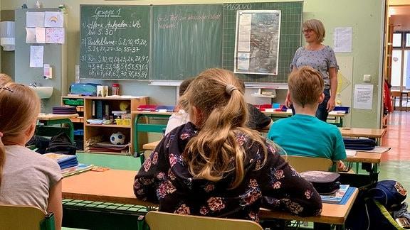 Eine Lehrerin steht in der Erfurter Grundschule Steigerblick vor ihrer Klasse