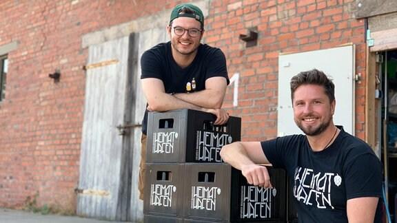 Jan Schlennstedt, mit seinem Mitarbeiter Fabian bei den verschiedenen Brautätigkeiten oder auf dem Firmengelände.