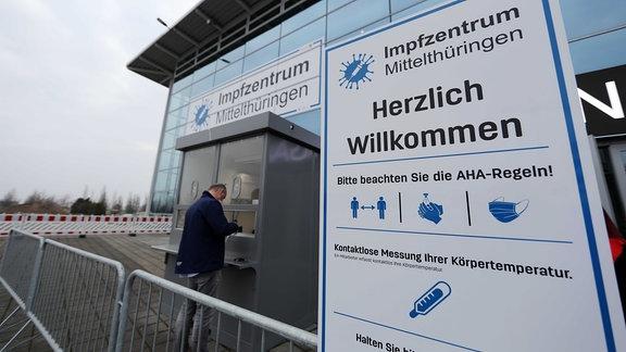 Ein Mann steht vor der Messe in Erfurt, um sich für die Impfung anzumelden