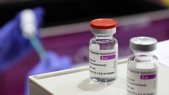Zwei Flaschen mit dem Impfstoff Astra-Zeneca
