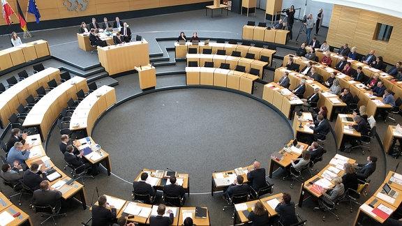 Das Plenum des Thüringer Landtages zur konstituierenden Sitzung von oben.