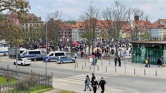 Zahlreiche Menschen bei Kundgebung zum Maifeiertag auf Domplatz in Erfurt