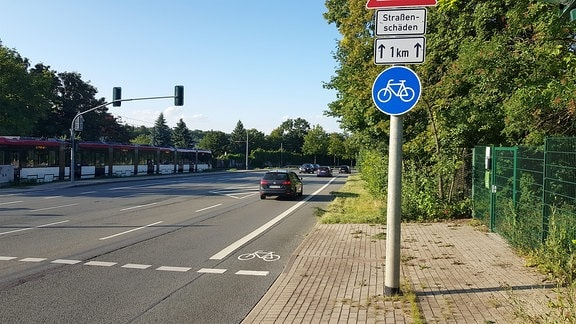 Eine Straßenbahn neben dem Radweg auf Gothaer Straße in Erfurt.