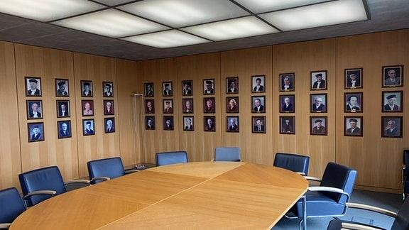 Porträts früherer Richter in Konferenzraum im Bundesarbeitsgericht Erfurt