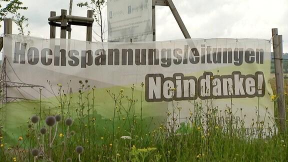 Ein Banner steht vor einem Bauschild