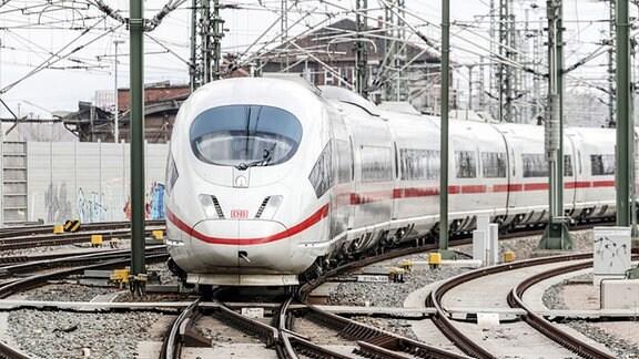 Ein ICE-Sprinter der Deutschen Bahn AG verlässt auf der Fahrt nach München den Hauptbahnhof Erfurt.