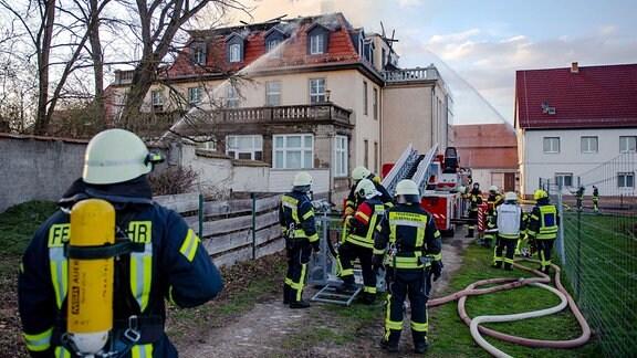 Feuerwehrleute bei Brandbekämpfung