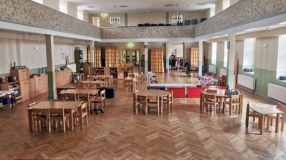 Kleine Tische und Stühle stehen im Bürgersaal.