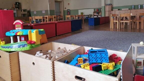 Spielzeugkisten stehen im Bürgerhaus Olbersleben.