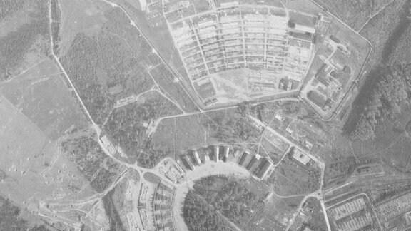 Luftaufnahme vom Konzentrationslager Buchenwald nahe Weimar vom 08.05.1953. Acht Jahre nach Kriegsende sind einige Gebäude verfallen oder zurückgebaut.