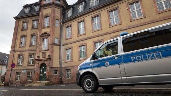 Ein Polizeiauto steht vor dem Amtsgericht Weimar