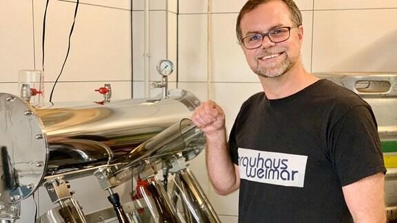 Braumeister Martin Kullik vom Brauhaus Weimar in seiner kleinen Hinterhof-Brauerei und verschiedene Maschinen.