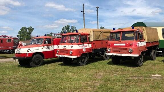 Drei Feuerwehrautos stehen nebeneinander.