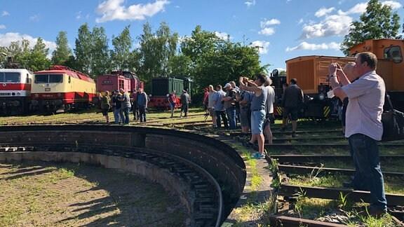 Menschen fotografieren Eisenbahnen.