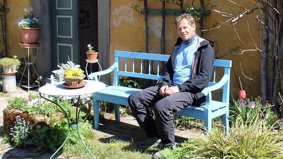 Home-Office ist für Gärtner natürlich nicht möglich. Umso schöner, wenn Büro und Pausenraum einen so schönen Freisitz haben. Stefan Hupel genießt den Platz auf der Bank vorm Liszthaus.
