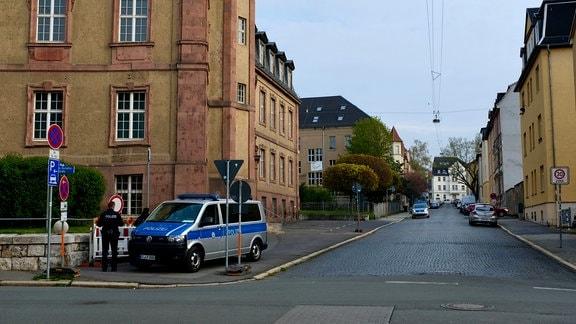 Polizeifahrzeug vor Amtsgericht Weimar