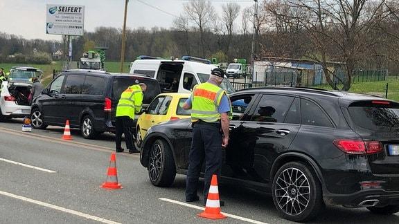 Polizeikontrollen von Fahrzeugen an Straße in Weimar