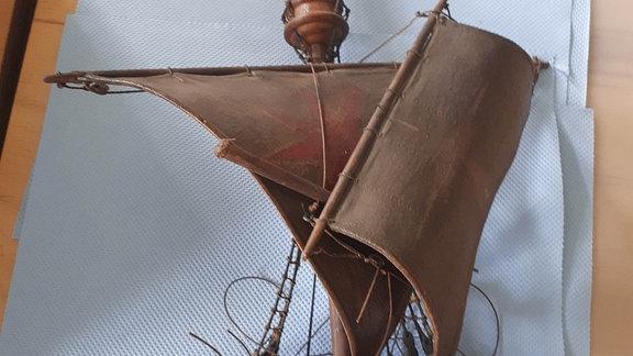 Das Oberteil eines zerstörten Schiffsmodells.