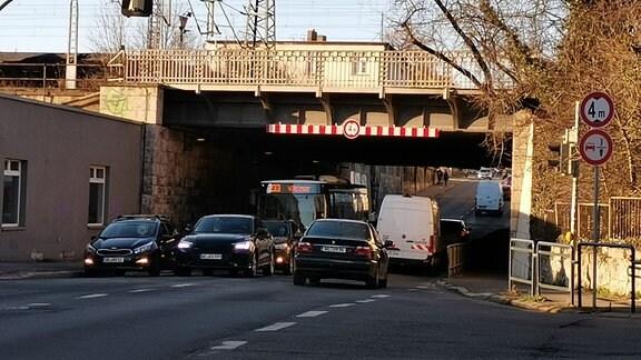 Blick auf einen Tunnel in Weimar, durch den mehrere Autos fahren