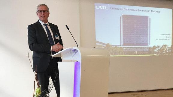 Matthias Zentgraf, Präsident CATL Europa, steht auf einer Bühne hinter einem Mikrophon.