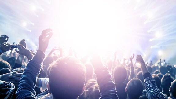 Publikum beim Konzert im Scheinwerferlicht