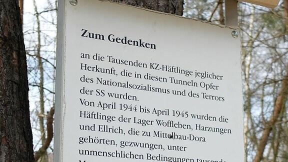 Tafel mit Text zur Erinnerung an die KZ-Häftlinge in Woffleben, Ellrich und Harzungen