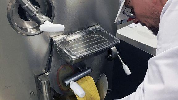 Ein Mann bedient eine Eismaschine.